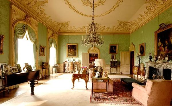海克利尓城堡绿厅,左边中间高足柜即为茶叶柜