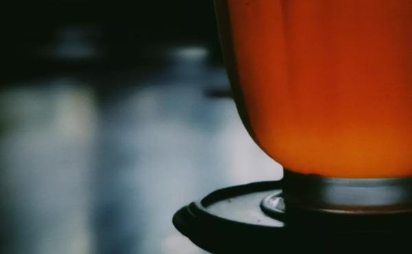 一杯上好的祁红,香气似花似果又似蜜,茶汤红艳明亮,滋味甘鲜醇厚